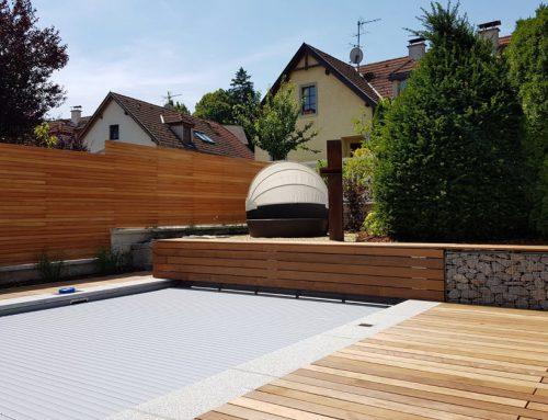 Pool mit Holz- und Natursteinterrassen